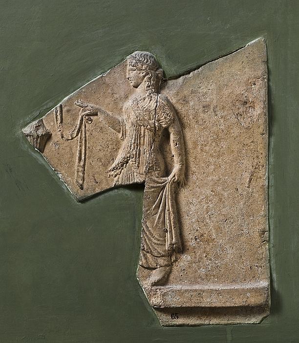 Campanarelief med ung kvinde med bånd (taenia). Romersk