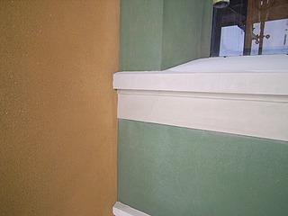 Detalje af pudset vindueslysning og sålbænk på hovedfacaden efter restaureringen i 2006. (Foto: BK ApS)