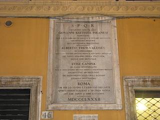 Mindeplade for Thorvaldsen, opsat i 1882 på Casa Buti, Via Sistina 46, Rom