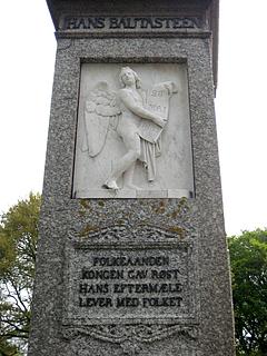 Monumentets højre side med Provinsialstænderne oprettes, og fjerde strofe af Ingemanns digt.