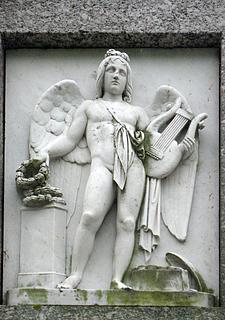 Kunsten og videnskaben beskyttes. Marmor. Monumentets bagside.