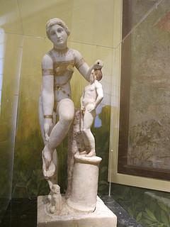 Venus, der binder sin sandal, også kaldet Venus i bikini, 1. århundrede f.Kr.-1. århundrede e.Kr., statuette fundet i Pompeji, Museo Archeologico Nazionale di Napoli, tidligere Real Museo Borbonico, inv.nr. 152798