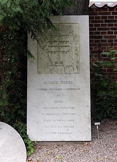 Gravmæle Lorens Fisker, Holmens Kirkegård, København