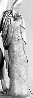 Pietro Galli og Wilhelm Hopfgarten efter Bertel Thorvaldsen, Venus med æblet, 1821-1824, forgyldt bronze, Kongernes Samling, Amalienborg, København, inv.nr. 20-79, udsnit.