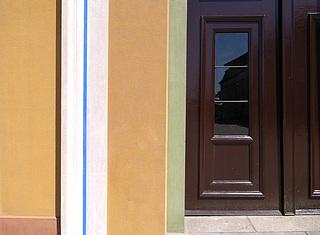 1. Detalje af hovedfacadens pudsede flader, trukken indfatning og port efter restaureringen i 2006. (Foto: BK ApS)
