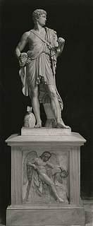 Thorvaldsen: Włodzimierz Potocki's statue i katedralen på Wavel i Krakòw. Opstillet 1832. På soklen relieffet Dødens genius. Begge værker udførte i marmor. Foto 1943