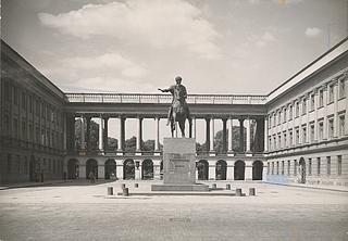 The Poniatowski statue on the Pilsudski square, 1935