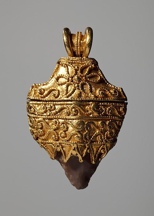 Amulet med en indkapslet pilespids. Etruskisk
