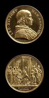 Medalje forside: Leo 12. Medalje bagside: Paven lukker den Hellige Port i Peterskirken