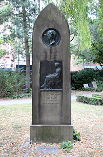 Bolette og Hans Puggaard, gravmæle, Holmens Kirkegård, København
