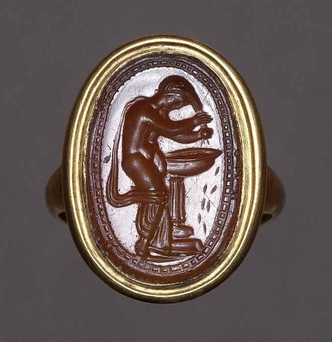 Kvinde der vasker sit hår. Etruskisk skarabæ