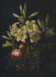 Hvide liljer og grene af et rosentræ foran en mur med efeu