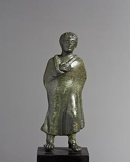 Dreng iklædt kappe. Etruskisk statuette