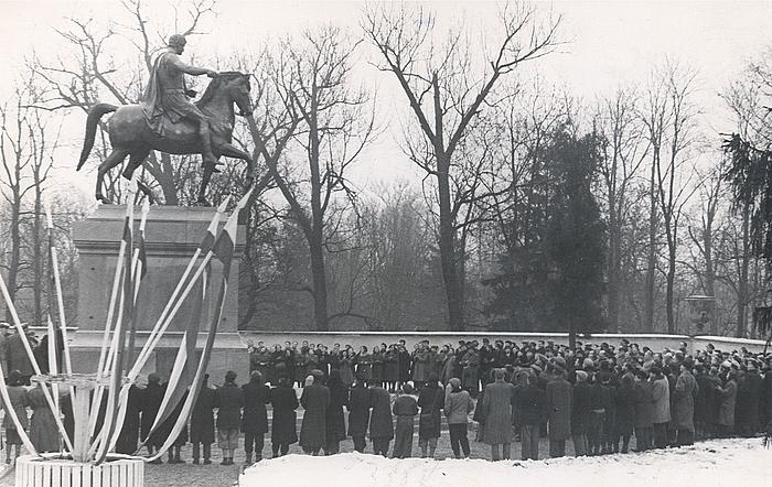 Opstilling af Poniatowski-statuen, Warszawa 1952