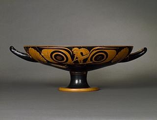 Kylix med øjne, atlet (A), kriger (B) og yngling med drikkehorn (tondo). Græsk