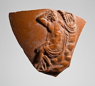 Kar med reliefdekoration af Apollon (?) siddende med en lyre. Romersk