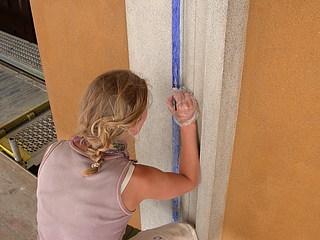 Blå bort på hovedfacadens (vestfacadens) indfatninger under retouchering med tratteggio-teknik og restaureringsmaling af ultramarin i natriumsilikat. Borten blev i 1950'erne ved den store istandsættelse af gadefacaderne rekonstrueret i freskoteknik. (Foto: BK ApS)