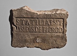 Tegl med stempel: STATILIAESPF LISIDISDEFIGROD. Romersk