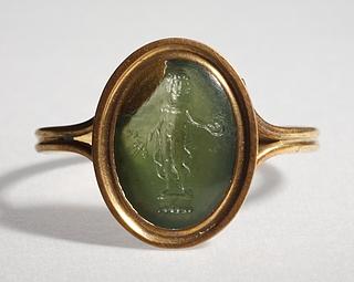 Bonus Eventus med offerskål, kornaks og valmuer. Hellenistisk-romersk ringsten