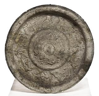 Et rundt bækken med portræt af Carl I Hertug  af Mantua