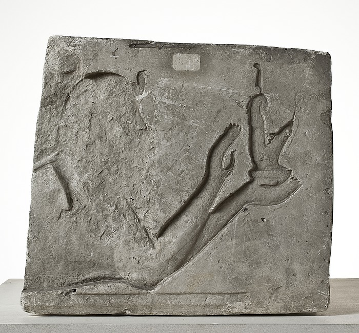 En sfinks der ofre en figurine af gudinden Maat