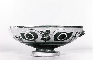 Kylix med øjne og knælende krigere (A, B). Græsk