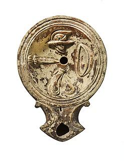 Lampe med benskinner, skjold, hjelm og sværd. Romersk