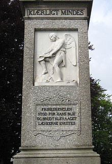 Monumentets venstre side med Stavnsbåndets ophævelse, og anden strofe af Ingemanns digt.