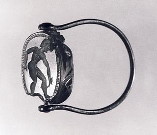Ung mand med en strigilis. Etruskisk skarabæ