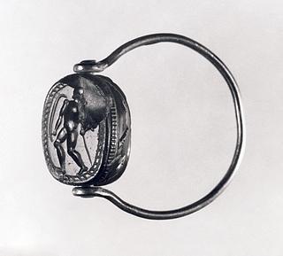 Kriger med spyd og skjold. Etruskisk skarabæ