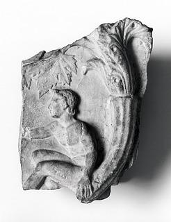Arkitektonisk relief med en ung satyr ved en akantusgren (forside) og en ged eller bukke-benet figur ved en akantusgren (bagside). Romersk