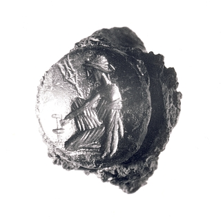 Amymone knælende ved kilden med kande og Poseidons trefork. Romersk republikansk ringsten i jernring