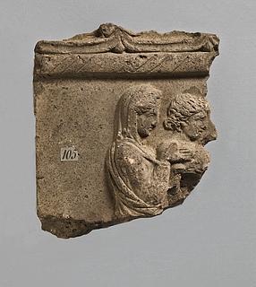 Campanarelief med to kvinder, den ene tilhyllet. Romersk