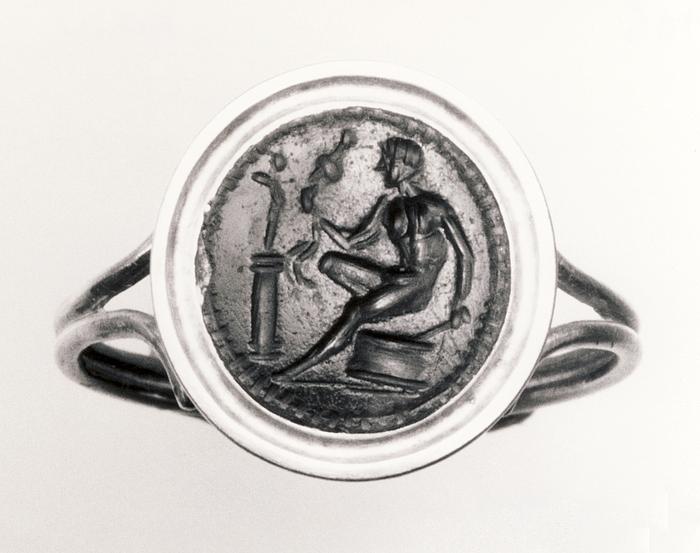 Diomedes siddende på et alter med Palladiet. Hellenistisk-romersk ringsten