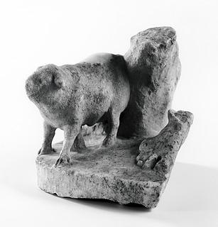 Statuettebase med en gris (?) og højre fod af en menneskelig figur ved et træ. Romersk