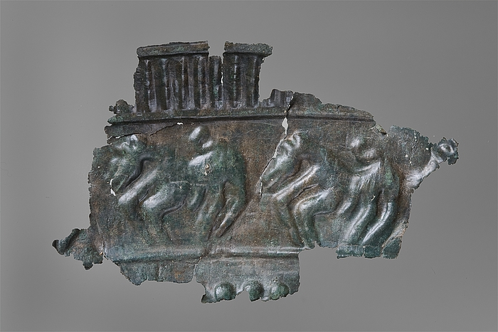 Prydskjold med reliefdekoration. Etruskisk