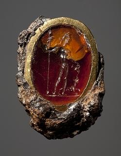 Dionysos der hælder vin i munden på en panter. Hellenistisk-romersk ringsten med guldindfatning i jernring
