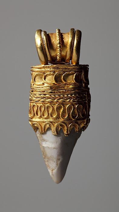 Amulet med en hajtand. Etruskisk