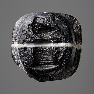Ørn med en krans i næbbet, siddende på et alter. Romersk paste