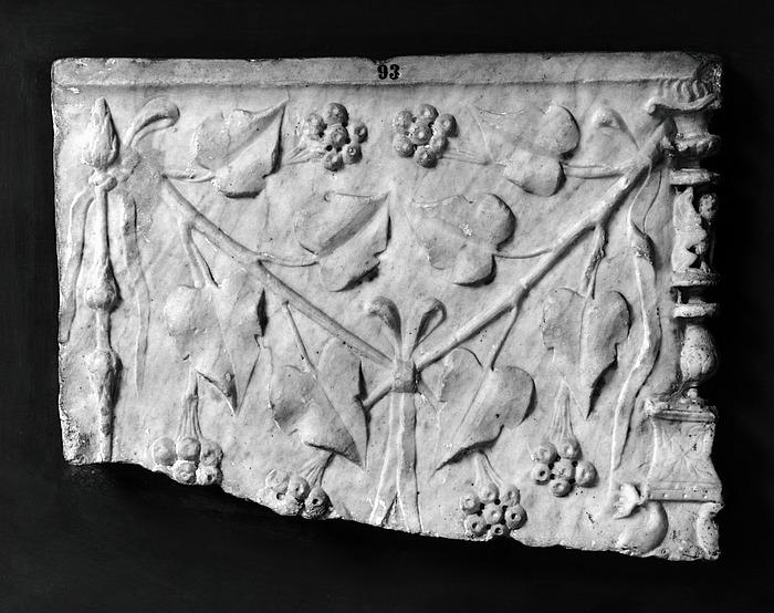 Askeurne med to kandelabre og planteornament. Romersk