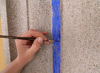 Retouchering med tratteggio-teknik på indfatningernes blå bånd.