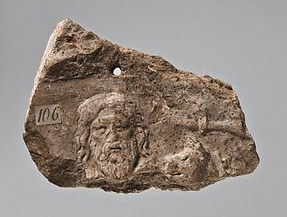 Campanarelief med skægget mandshoved og hoved af grif. Romersk