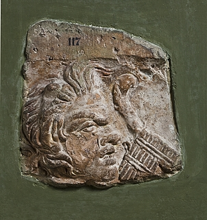 Campanarelief med satyrmaske, fløjte (syrinx) og stav (pedum). Romersk