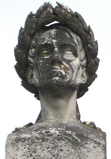 Marmorbusten af Frederik 6. i kolossalstørrelse på monumentets top. Lidt medtaget af vind og vejr.