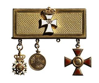 Guldplade med fire miniatureordener