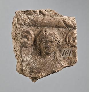 Campanarelief med kvinde mellem spiralornamenter. Romersk
