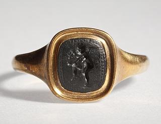 Eros, der hælder vin i en drikkeskål. Hellenistisk-romersk ringsten