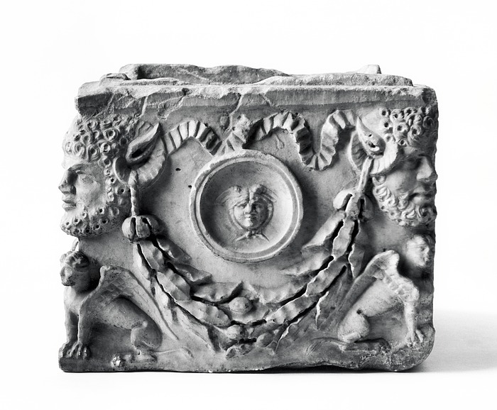 Askeurne med Zeus Ammon-hoveder og sfinkser. Romersk
