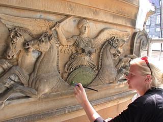 Kapitælrelief på hovedfacaden under rekonstruktion af den oprindelige polykromi. (Foto: BK ApS)
