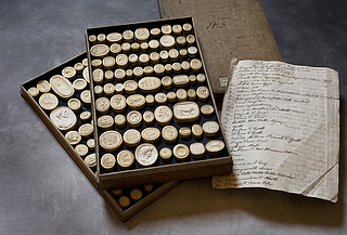 Daktyliotek med mytologiske motiver, 151 styk